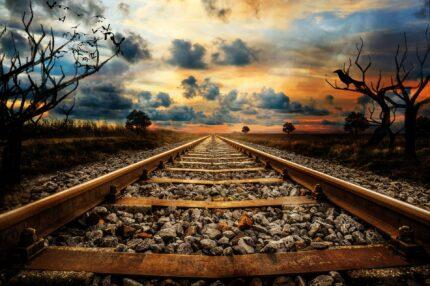 Eisenbahnschienen in mystischer Sonnenuntergangsstimmung